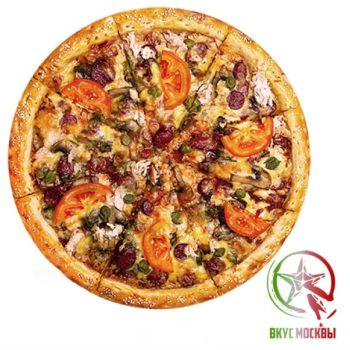 """Пицца с каперсами<br/><text style=""""font-size:15px; """"> курица, бекон, каперсы, сыр моцарелла,соус сливочный, огурцы маринованные, зелень, парамезан</text>"""